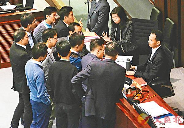 ■立法會內會進行逾一小時仍然未能擺脫規程問題的「魔掌」,李慧�k宣佈暫停會議5分鐘。 香港文匯報記者梁祖彝  攝