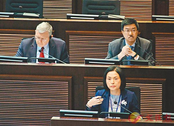 ■馮程淑儀表示,西九綜合地庫的工程估算費將由約36.4億元下調至約31.8億元,減幅達12%。 香港文匯報記者梁祖彝 攝