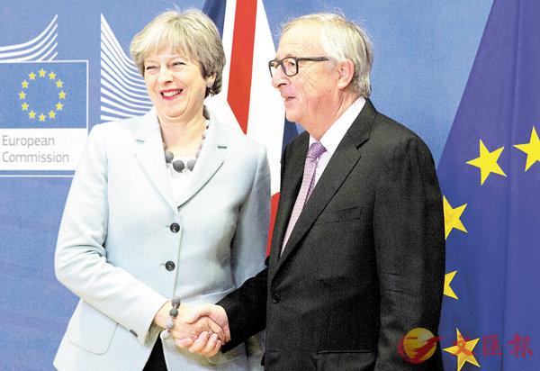 ■脫歐協議首階段達成,文翠珊與容克握手時笑容滿面。美聯社