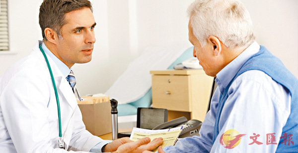 ■美國每12名醫生中,就有1人收取鴉片類藥物生產商提供的利益,包括金錢、免費旅遊或免費餐飲等。圖為美國醫生診症。 網上圖片