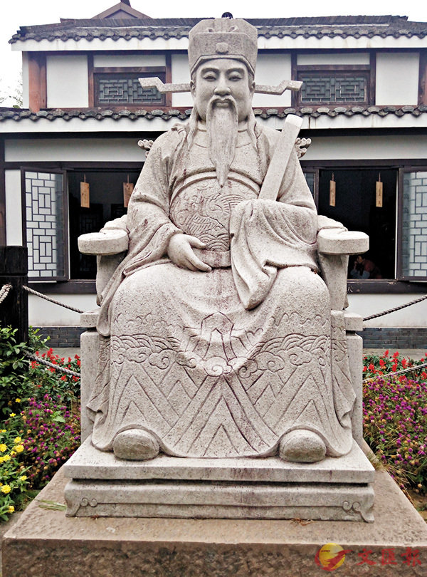 ■古堰畫鄉的何澹雕像。  作者提供