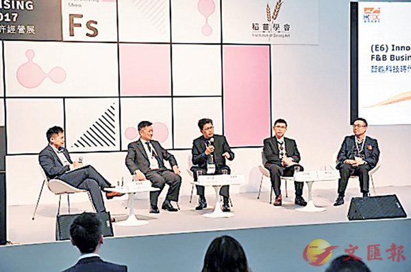 ■太興何小鋒(左二)、美心繆曉格(中)、稻香郭銘輝(右二)昨日出席飲食業研討會。