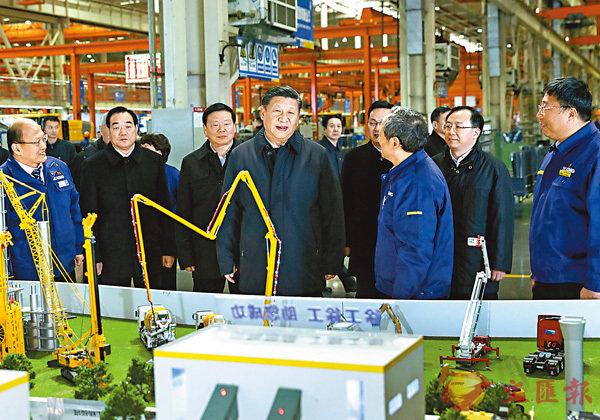 ■習近平在江蘇徐州考察期間,在徐工集團聽取企業參與「一帶一路」建設情況的介紹。 新華社