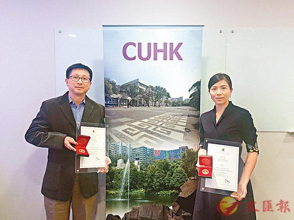 ■李浩文(左)及蘇可蔚(右)獲得中大頒發的「2017年度博文教學獎」,表揚他們對推動優質教學的貢獻。 香港文匯報記者唐嘉瑤  攝
