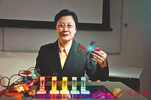 ■任詠華展示各種OLED原材料。港大圖片