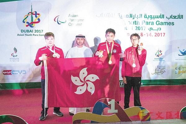 ■陳朗天(右二)及許家俊(左)於男子SB14級100米蛙泳奪金銀牌。殘奧會提供