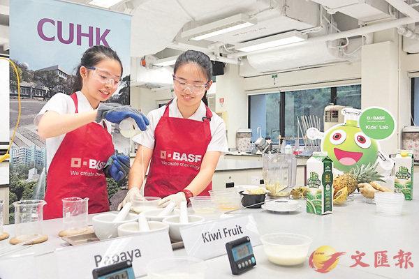 ■衛樂婷(右)與許昕喬展示薑的蛋白�J如何與牛奶中的水溶性蛋白產生化學反應,從而凝固牛奶。 中大供圖