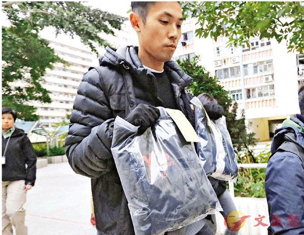 ■警員檢走載有1萬元營業現金的紙袋。 香港文匯報記者劉友光  攝