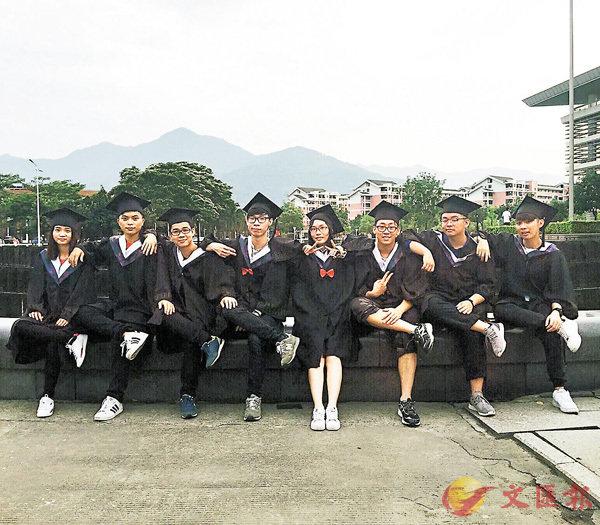 ■覃文洛(右三)拍畢業照告別美好校園時光。   受訪者提供