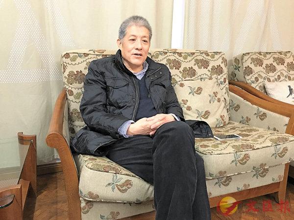 ■胡洪俠在鄭州松社書店接受記者採訪。劉蕊攝