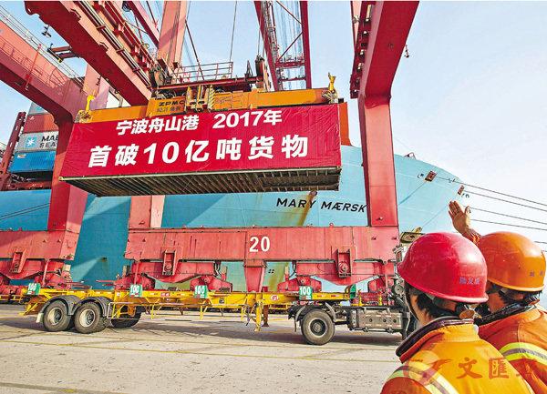 ■昨日,身披「紅妝」的貨櫃被穩穩吊裝至「美瑞馬士基 」輪上,寧波舟山港從此成為全球首個年貨物吞吐量超「10億噸」大港。 香港文匯報寧波傳真