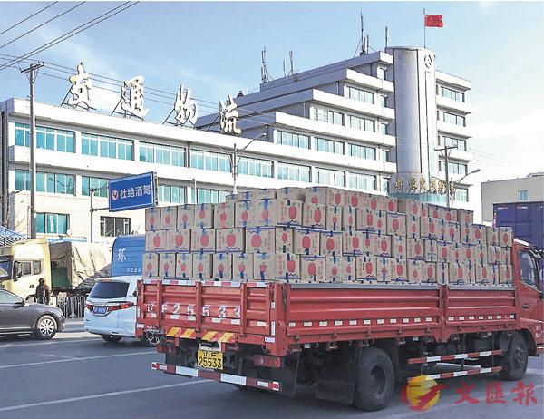■丹東花園物流園門口等待進入的大貨車上,載滿了運往朝鮮的水果。