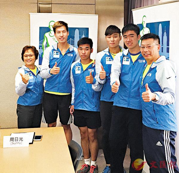 ■左起:陳雅麗、阮永豐、萬卓文、王俊康、陳樂男及周日光,分享他們對馬拉松的感受。香港文匯報記者馮健文  攝