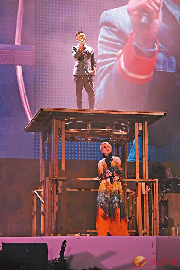 ■余文樂從升降台升起出場,跟千嬅合唱《當我想起你》。