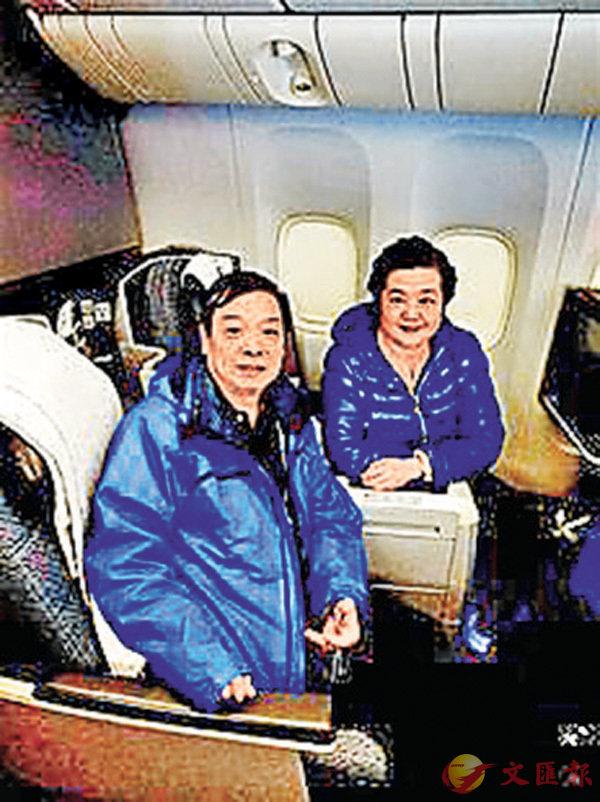 ■周鄂生夫婦二人在飛機上。網上圖片
