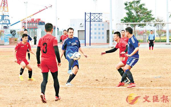 ■駐軍足球隊(紅衫)與中信足球隊進行友誼賽。 香港文匯報記者彭子文  攝