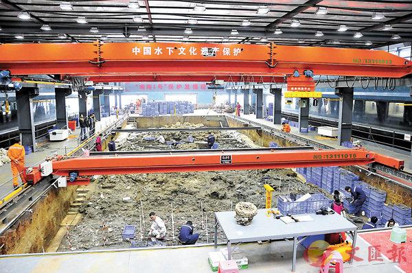 ■「南海一號」自2007年上水至今已出土大量瓷器、金器、漆木器。圖為該船內部發掘現場。 資料圖片