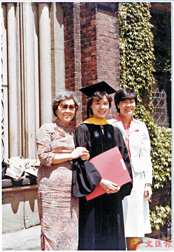 ■葉玉如(中)與母親(左)和二家姐(右)畢業照合影。 受訪者供圖