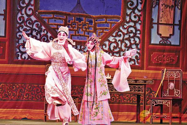 ■劉惠鳴與學生王芯妍合演唐滌生名劇《獅吼記之跪池》。