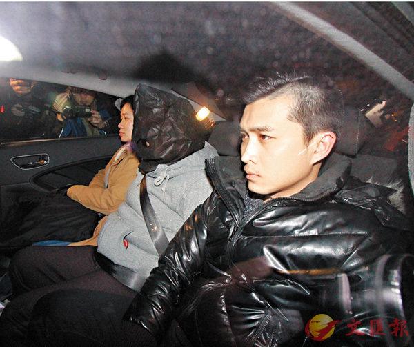 ■寄養家庭女戶主涉虐待男嬰被捕帶署調查。 香港文匯報記者鄺福強 攝