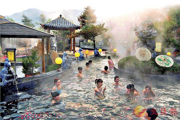 ■遊客在唐風溫泉的露天溫泉池泡湯。香港文匯報遼寧傳真