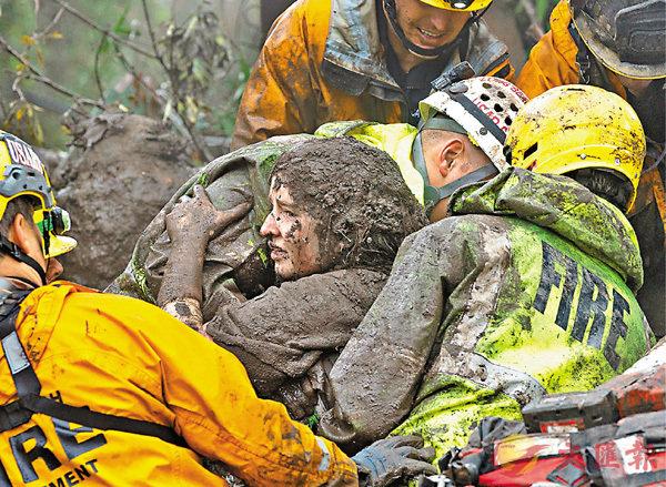 ■有少女獲救時滿身泥濘。 路透社