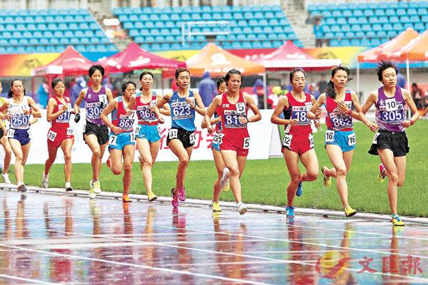■王佳麗(右一)在比賽中。 中新社