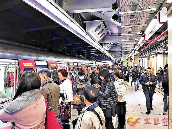 ■東鐵昨日因信號故障停駛逾兩小時,步出車廂的乘客擠滿月台。 陳�絔gfb圖片