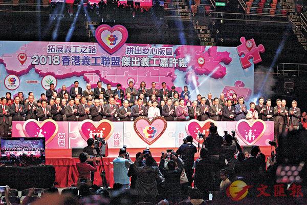 ■林鄭月娥、張建宗、何靖、譚錦球等賓主主持亮燈儀式。 香港文匯報記者曾慶威  攝