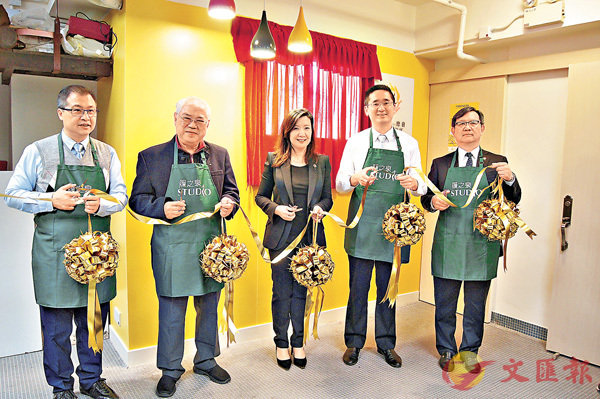 ■陳百里(右二)出席工作室剪綵儀式。香港文匯報記者繆健詩  攝