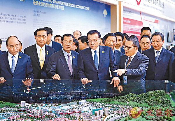 ■中國國務院總理李克強在金邊參觀瀾滄江-湄公河合作成果展。 中新社