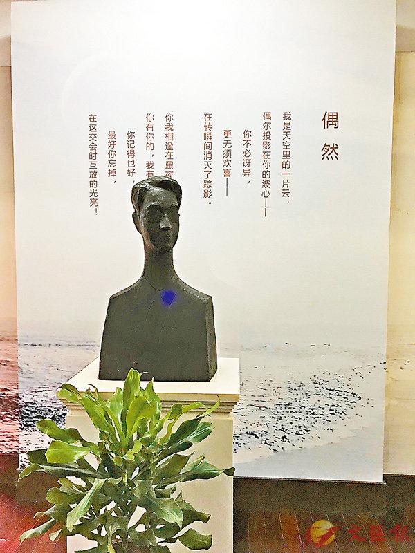 ■徐志摩雕像和其背後的詩。 作者提供
