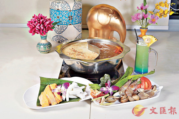 ■湯底以椰子煲雞湯(左)及泰式冬蔭功湯最受歡迎。