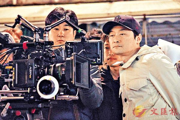 ■導演金賢錫(右一)憑《不能說的故事...》勇奪第38屆「青龍獎」最佳導演。