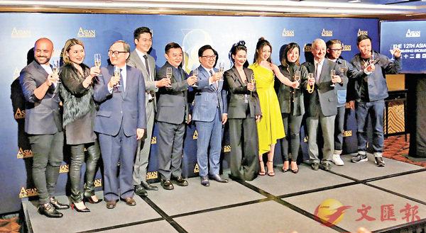 ■王英偉博士(中間間條西裝)指今年頒獎禮將以「武動亞洲」為主題。