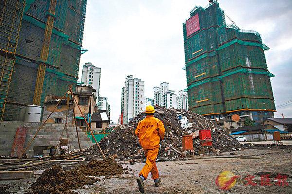 ■今年多地樓市傳出鬆綁消息,內地居民的買房意慾回升。圖為上海市一在建樓盤。 資料圖片