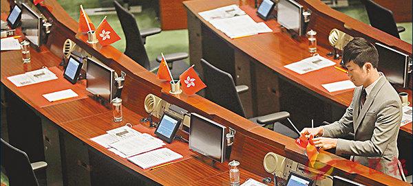 ■鄭松泰早前被法庭裁定侮辱國旗區旗罪名成立。圖為鄭在立法會倒插國旗區旗。