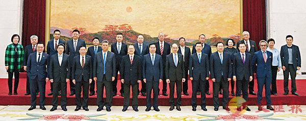 ■李希(前排左六)、馬興瑞(前排左四)會見蔡冠深(前排左五)等六大商會代表。
