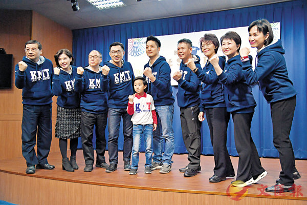 ■國民黨潮T發表會昨日舉行,圖中為蔣萬安(中)和他的兒子蔣得立。 中央社