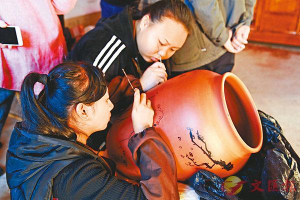 ■建水借鑒發達地區的營銷理念,以拓展紫陶產業。 香港文匯報記者丁樹勇  攝
