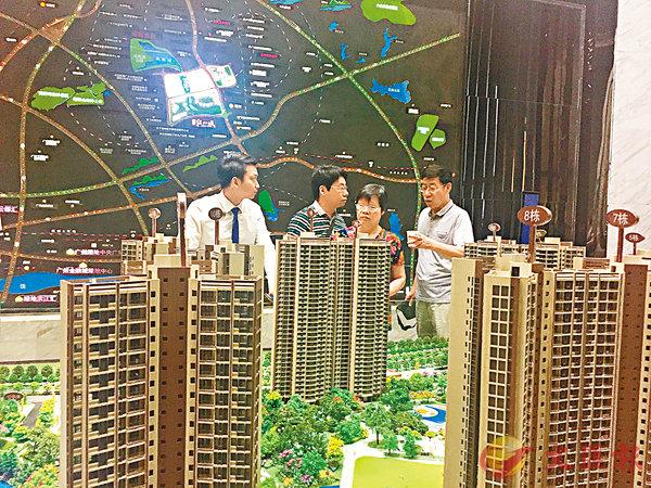 ■去年十一黃金周,廣州樓盤銷售現場顯得冷清。盧靜怡  攝