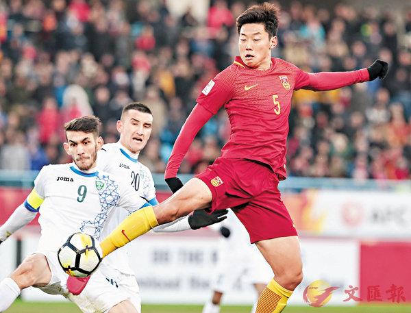 ■中國球員高準翼(右)在比賽中拚搶。 新華社