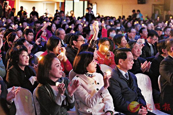 ■昨日的紀念大會上,嘉賓點亮手中的電子蠟燭,共同緬懷台灣地區前領導人蔣經國。 中央社
