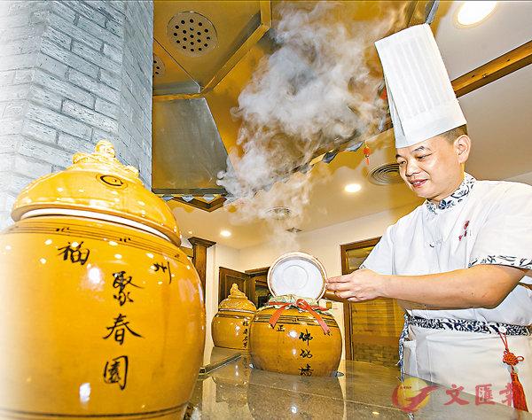■佛跳牆第八代傳承人楊偉華正在用傳統方式烹製佛跳牆。 香港文匯報記者蘇榕蓉  攝