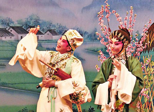 ■「母會」一段有麗娘指導夢梅如何拜謁雙親的戲,龍劍笙演來生鬼非常。