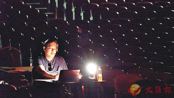 ■梁煒康既是粵劇演員,同時兼任粵劇燈光設計及舞台監督工作。