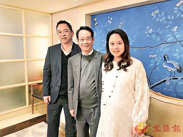 ■�A�主席林�t奇(中)指投�Y3000�f建新�S房。 香港文�R�笥�者�f程敏 �z