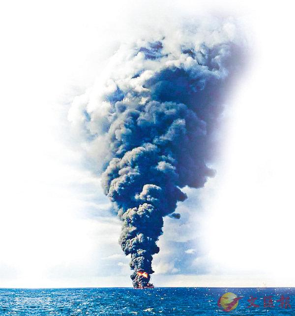 ■「桑吉」輪燃燒時產生大量濃煙。 美聯社
