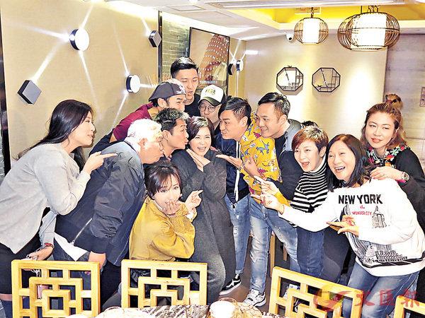 ■蘇玉華獲一班演員捧上生日蛋糕並吻賀。