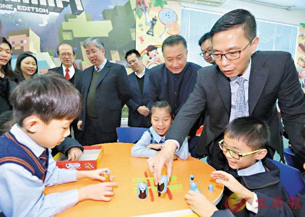 ■楊潤雄昨到訪聖愛德華天主教小學遊戲學習室。